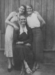 Maria Sawicka on the right, her sister Anna Wąchalska (Sawicka) sits in the middle, 1936