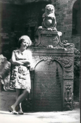 Joanna Sobolewska-Pyz (Grynszpan) at the old Jewish cemetery, in front of the grave of Judah Loew ben Bezalel. Prague, after 1970. Photo: the Archive of Joanna Sobolewska-Pyz